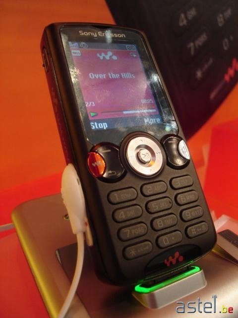 Le W810i (excusez les traces de doigts sur l'écran mais personne ne résistait à le prendre en main...) - 34ko