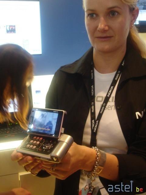 Une hôtesse Nokia nous montre le N92, toute fière... - 32.5ko
