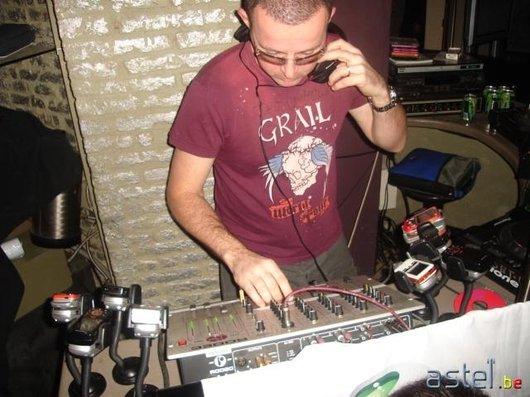 Le DJ prend le relais, à une condition: mixer avec des Sony Ericsson!!:-) - 53.5ko