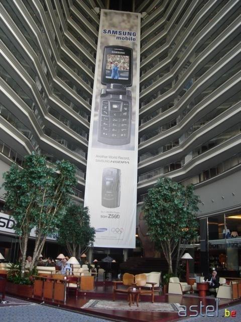 Le hall de l'hôtel réquisisionné par Samsung à Barcelone - 67.8ko