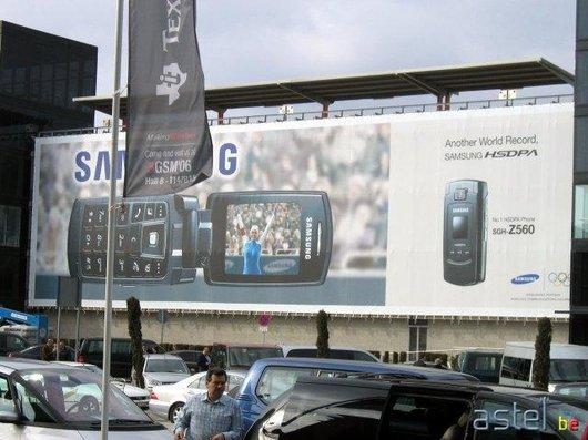 En sortant de l'aéroport, c'est Samsung qui attire le regardle premier... - 56.2ko